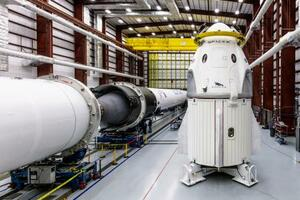 クルードラゴン(右)。上半分は人が乗るカプセルで、下半分は貨物室(スペースX提供・共同)