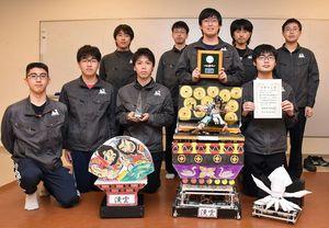 全国大会出場を喜ぶ八戸高専Bのメンバーとロボット「碧羅」
