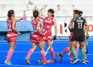 メキシコ戦でゴールを決め、喜ぶ田中泉(左から3人目)ら=広島広域公園第二球技場