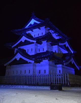 自閉症啓発デーで弘前城をライトアップ