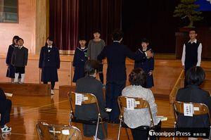 学校で歌い継がれてきた「ハーモニー橋」を合唱する二枚橋小児童と卒業生