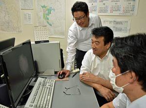 過去の動画を確認しながら再編集作業に当たる半田実行委員長(右から2人目)ら