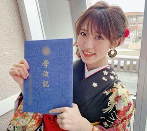 りんご娘の王林さんが、大学卒業を報告したインスタグラムでの写真。耳には試作した津軽塗のピアスが光る