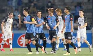 川崎―柏 前半、自身2点目のゴールが決まり祝福される川崎・家長(中央)=等々力