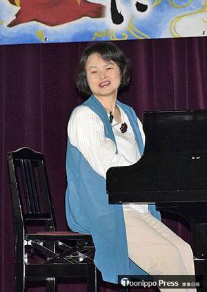 講演会でピアノを演奏する三宮さん=青森中央高校