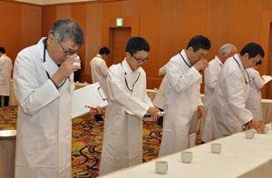 出品された吟醸酒・純米酒の味や香りを確かめる審査員