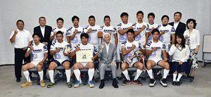 小山田市長(前列中央)に7人制全国大会での健闘を誓った三農ラグビー部のメンバー