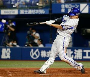 3回DeNA1死二塁、佐野が右前に適時打を放つ=横浜