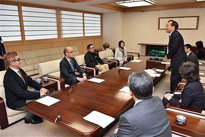 ビデオ制作者にバイパスの早期完成を誓う三村知事(右)