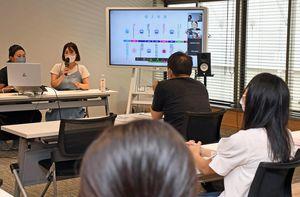 木村さん(奥右)らがフリーランスやリモートで働く利点を紹介した公開授業