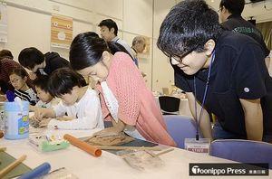 手形土板風のメモリアルプレートを作る子どもたち