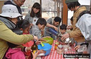強力粉にお湯を入れ、パン生地を作る参加者たち