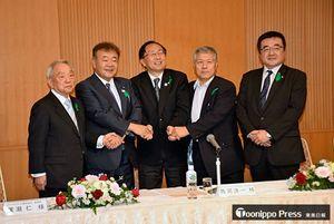 協定書に調印後、握手する(左から)保土澤副町長、西河社長、三村知事、澤田社長、廣瀬取締役