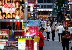 東京・新宿の歌舞伎町をマスク姿で歩く人たち=10日午後