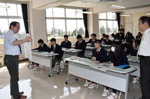 生徒に紙面を解説する野村部長(左)