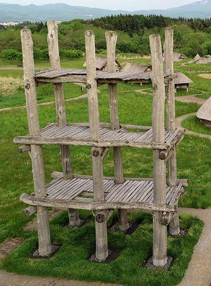 長寿命化工事のため、見学できなくなる三内丸山遺跡の大型掘立柱建物=5月