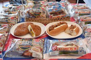 工藤パンが発売する第5弾の「おおみなと海自カレーパン」(左)と、第2弾の「大湊Sora空っ!ロール」