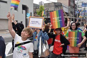 性的少数者への理解を求めて練り歩く青森レインボーパレードの参加者