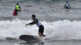 波とらえ果敢に技 三沢でロングボードサーフィン大会