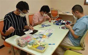 カナダに贈るマスクを作る「となみの杜」の利用者