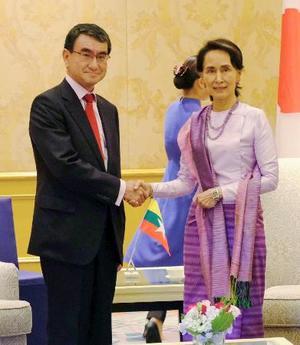 会談前、握手する河野外相(左)とミャンマーのアウン・サン・スー・チー国家顧問兼外相=12日、ハノイ(共同)