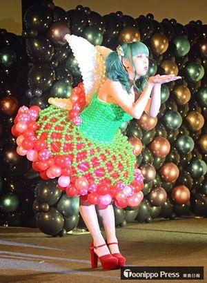 完成に8時間かけたドレスを披露したファッションショー=9日、青森市のアスパム