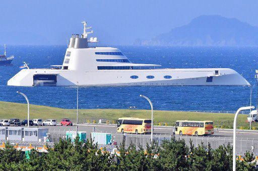 青森港に富豪の潜水艦?|観光・...