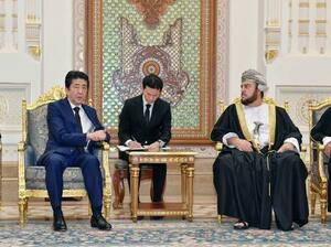 オマーンのアスアド国王代理(右)と会談する安倍首相=14日、マスカット(共同)