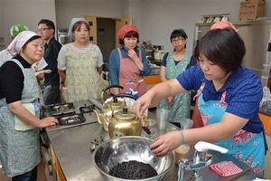 戴さん(右)からタピオカミルクティーの作り方を教わる参加者