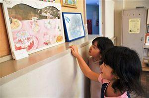 hornのメンバーが描いた作品を鑑賞する八戸小の児童
