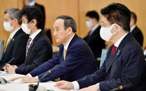 新型コロナウイルス感染症対策本部で、7府県に緊急事態を宣言する菅首相(右から2人目)=13日午後6時30分、首相官邸