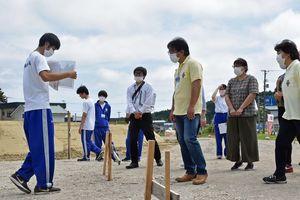 整備が進む外ケ浜町の大平山元遺跡をガイドする高校生(左)