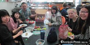 フッドリバー・バレー高校で昼食を食べる最上さん(左)、伊東さん(左から2人目)、高橋さん(同4人目)=生徒提供