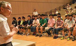 川口教授(左)のあいさつに聞き入る参加者