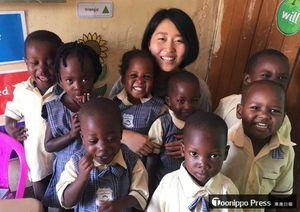 今年7月まで、ウガンダで子どもたちの支援活動を行っていた小泉さん(奥)