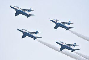 8日の航空祭に向け、飛行訓練を行うブルーインパルス=7日