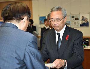 三村知事(左)に勧告書を手渡す熊地委員長