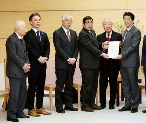 安倍首相(右端)と面会した拉致被害者家族会の飯塚繁雄代表(右から2人目)、有本明弘さん(左端)ら=14日午後、首相官邸