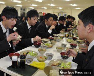 夕食でおいしそうに「青天の霹靂」を食べる五農の生徒たち