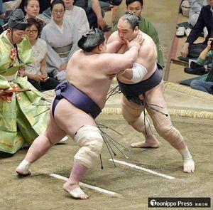 安美錦(右)は阿武咲の突き、押しに上体を起こされると思わず引いてしまい押し出された