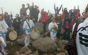 午後1時6分25秒に岩木山の水で乾杯する登頂者たち