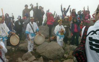 令和1年6月25日、標高1625mの岩木山頂で乾杯
