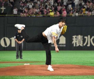 鈴木伸之、初始球式で122キロの快速球&腹筋チラリ メンディーの133キロは「あらためてスゴい」