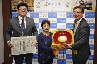 阿武咲 故郷へ記念杯寄贈 町、博物館展示を検討