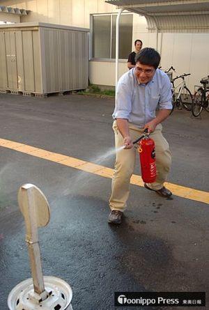 水入りの消火器を使い的を狙う外国人参加者
