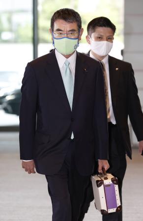 行革相に決まり、首相官邸に入る河野太郎氏=16日午後3時56分
