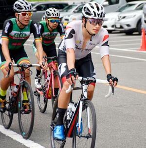 実業団のロードレース大会に出場した自転車トラック男子オムニアムの橋本英也(手前)=宇都宮市