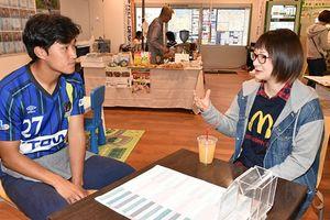 ラインメールカフェで辛選手(左)との会話を楽しむ来場者