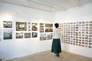 弘前市土手町周辺の5会場で始まった写真展=中央弘前駅ギャラリーまんなか