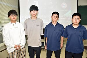 一般の部優勝の(左から)宍倉さん、貴田さんと、高校生の部優勝の古川さん、松原さん